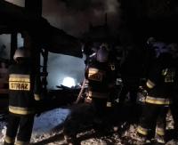 KOMAŃCZA: Ogień pochłonął domek letniskowy. Akcje prowadziło 7 zastępów (ZDJĘCIA)