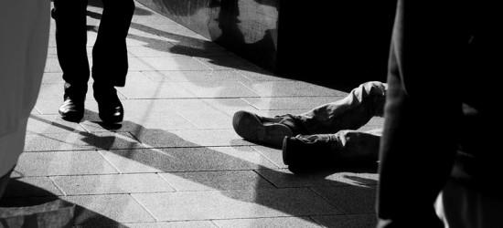 SANOK: Spał na chodniku. Mógł nie przeżyć do rana