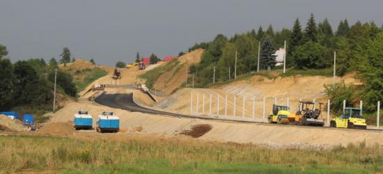 """Budowa obwodnicy Brzozowa idzie pełną parą. Jest """"dywanik"""", powstają ronda i wiadukty (ZDJĘCIA)"""