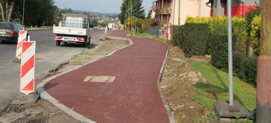 Remont na Dąbrówce. Czerwone chodniki i asfalt na 4 pasach (ZDJĘCIA)