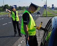 KRONIKA POLICYJNA: Wtargnął na jezdnię i wskoczył na maskę samochodu, pijany kierowca bez uprawnień i toyota w rowie