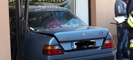 AKTUALIZACJA: Wjechał do banku przez szklaną witrynę. Kierowca zasłabł (FOTO)