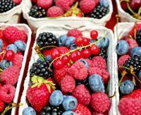 Jakie owoce warto jeść latem? Ekspert radzi