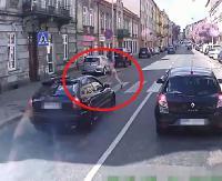 Centymetry od śmierci na pasach. Szokujące nagranie video z miejskiego autobusu (FILM)