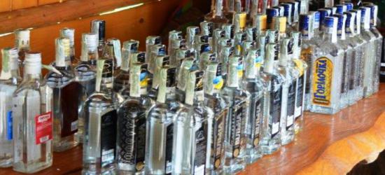 POWIAT LESKI: Mieszkaniec miał blisko 300 litrów nielegalnego paliwa i 39 litrów alkoholu bez akcyzy (ZDJĘCIA)