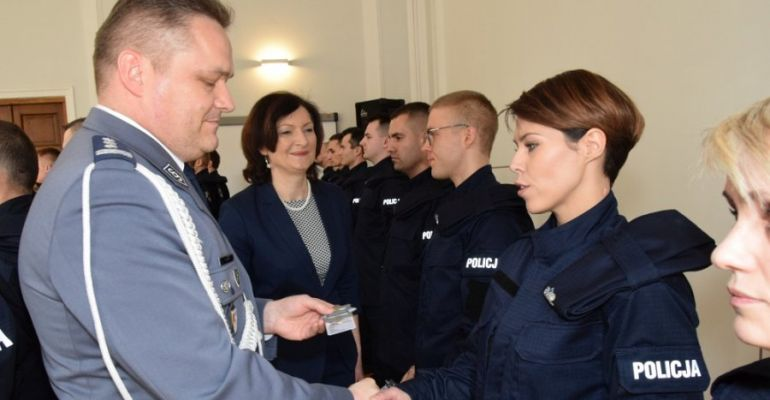 """""""Służyć wiernie Narodowi"""". Nowo przyjęci policjanci złożyli ślubowanie (FOTO)"""