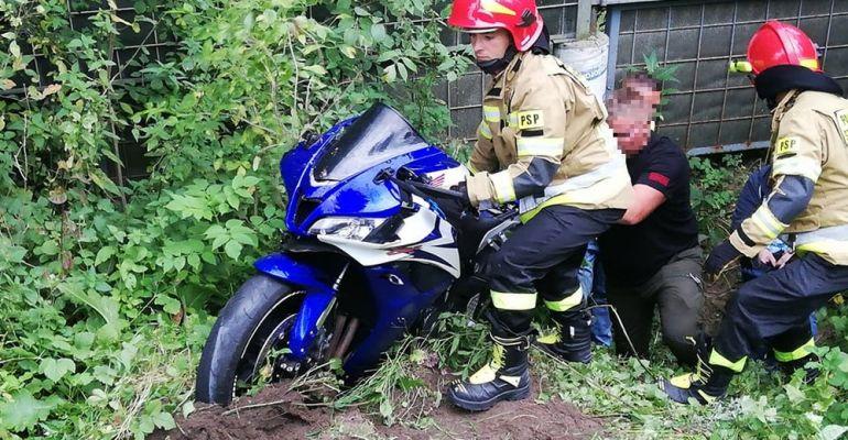 Tragedia na drodze. Nie żyje mężczyzna. Motocykl kilkadziesiąt metrów dalej (ZDJĘCIA)