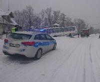 Kierujący autobusem, chcąc uniknąć zderzenia czołowego z audi, wjechał do przydrożnego rowu (ZDJĘCIE)