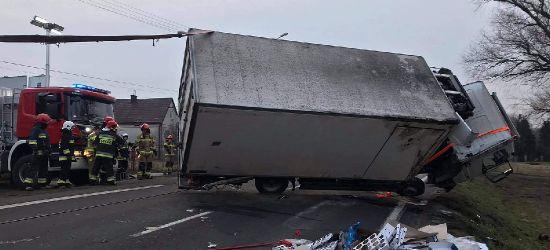 PISAROWCE. Ciężarówka przewróciła się na drogę (ZDJĘCIA)