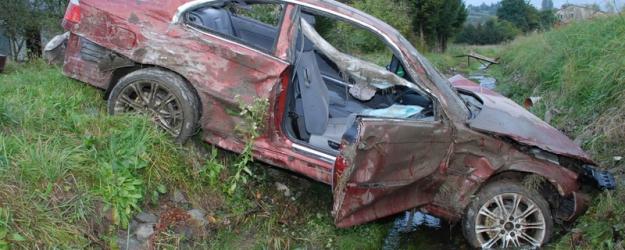 BRZOZÓW24.PL: Pijany wyprzedzał dwa samochody, dachował i wylądował w rzece (ZDJĘCIA)