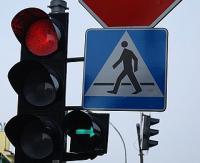 """UWAGA! Piesi na drodze. Wyprzedzanie na przejściach, parkowanie na """"zebrach"""" i nieoczekiwane wbieganie na jezdnię"""