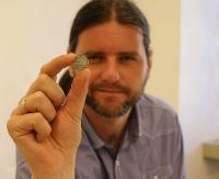 Srebrne monety rozproszone w ziemi. Skarb z Jurowiec trafił do sanockiego muzeum