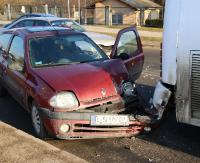 UWAGA / UL. PRZEMYSKA: Zderzenie dwóch osobówek i autobusu. Jedna osoba w szpitalu (ZDJĘCIA)