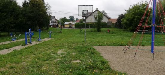 INTERWENCJA: Szkło i kamienie wielkości pięści. Stan boiska przy Konopnickiej (ZDJĘCIA)