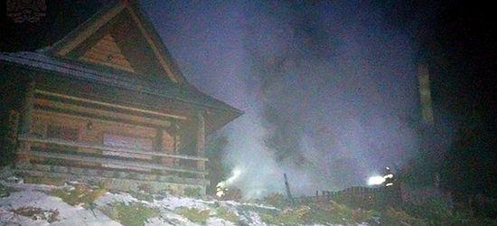 Pożar drewnianego domku letniskowego. Ogień doszczętnie strawił budynek (FOTO)