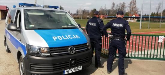 Policjanci sprawdzają osoby w kwarantannie. Komunikaty z radiowozów (VIDEO)