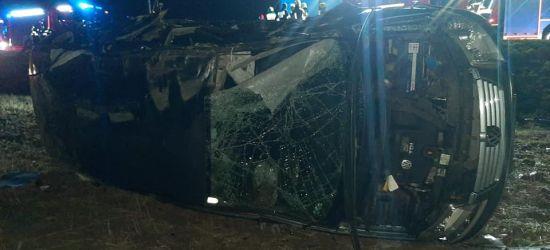 REGION. Samochód uderzył w drzewo i dachował (ZDJĘCIA)