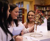 Wędrówka po zakamarkach miejskiej biblioteki. Uczniowie ZSCKR z Nowosielec w konfrontacji z zagadką (ZDJĘCIA)