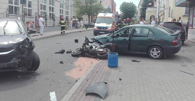 SANOK: Zderzenie dwóch samochodów i motocykla. Jedna osoba w szpitalu (ZDJĘCIA)