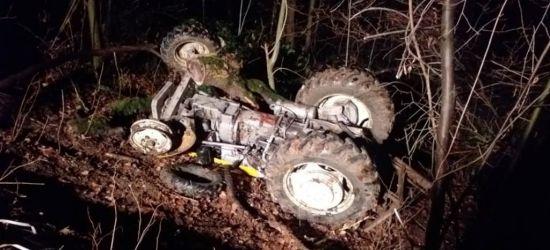 Tragedia w lesie. Nie żyje mężczyzna przygnieciony przez traktor (ZDJĘCIA)
