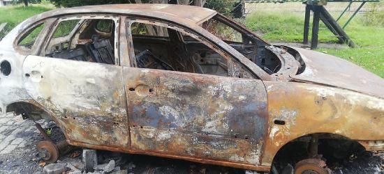 Spalony wrak samochodu od trzech miesięcy na zagórskim osiedlu (ZDJĘCIA)