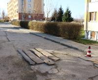 INTERWENCJA: Droga jak szwajcarski ser. Patentem na dziury są… deski (ZDJĘCIA)