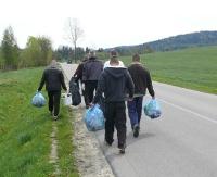 Skazani z Sanoka pomagali rozdawać drzewka. Skazani z Łupkowa sprzątali Bieszczady (ZDJĘCIA)