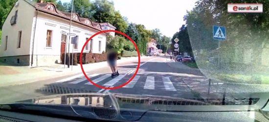 SANOK. Uwaga na hulajnogi! Nagranie z samochodu (ZOBACZ VIDEO)