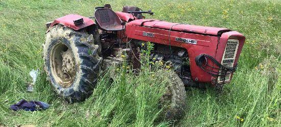 Tragedia w Wujskiem. Nie żyje młody mężczyzna przygnieciony przez traktor (ZDJĘCIA)