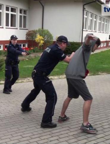 Policyjni negocjatorzy ratują uczniów zagórskiego gimnazjum z rąk uzbrojonych dilerów. Ćwiczenia uczniów i służb (FILM)