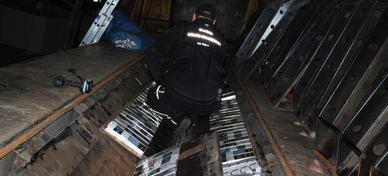 Wiózł nie tylko wiórowe płyty. Kierowca ciężarówki przyłapany na przemycie papierosów