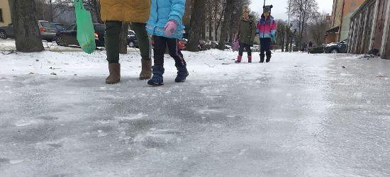 """SANOK. """"Szklanka"""" na chodnikach. Ślisko i niebezpiecznie! (VIDEO, ZDJĘCIA)"""
