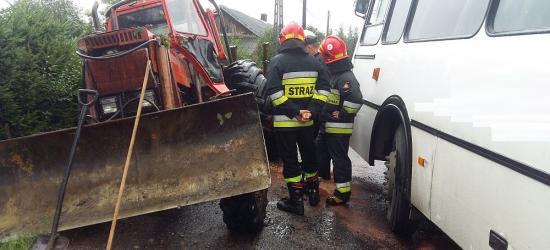 Niebezpiecznie w Tyrawie Solnej. Zderzenie ciągnika z autobusem (FOTO)