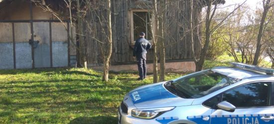 Policjanci sprawdzają pustostany