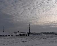 Oświetlona wieża przykuwa uwagę mieszkańców. Geolodzy poszukują ropy i gazu (ZDJĘCIA)