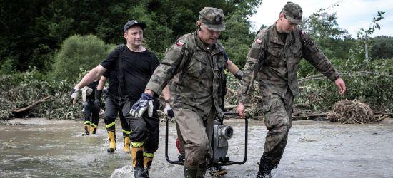 Żołnierze w akcji wspierania mieszkańców po powodzi (ZDJĘCIA)