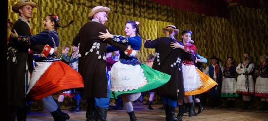 NOWOSIELCE: Spektakl i barwne tańce. Widowisko w 100. rocznicę niepodległości (FOTO, VIDEO)