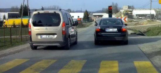 """SANOK: Zdenerwowani kierowcy jeżdżą """"na czerwonym"""" (VIDEO)"""