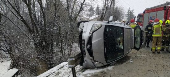 Trudne warunki, za duża prędkość. Samochód uderzył w barierę (ZDJĘCIA)