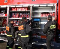 BEZMIECHOWA: Wóz strażacki na sygnale wypadł z drogi. Kierowca seata nie ustąpił mu pierwszeństwa. Poszkodowany jeden ze strażaków