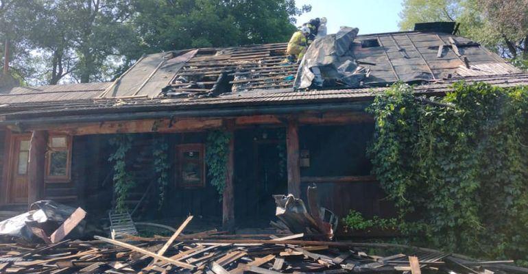 ZDJĘCIA z pożaru w gminie Komańcza. Spłonęła część domu agroturystycznego (FOTO)