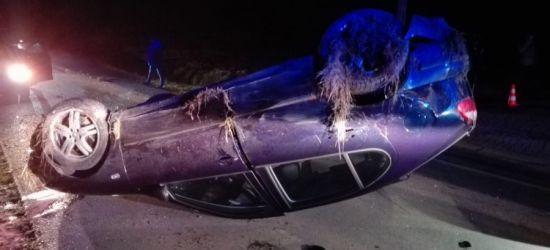 Groźne dachowanie! Pojazd uderzył w przepust, kierujący z obrażeniami (FOTO)
