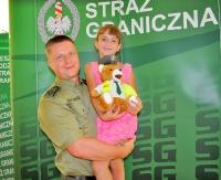 Funkcjonariusz Straży Granicznej ratuje tonącą dziewczynkę
