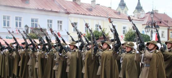 Salwa honorowa, apel poległych, defilada. Święto Wojska Polskiego w Sanoku (VIDEO, FOTO)