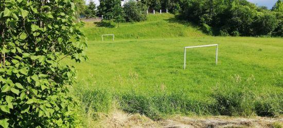 """NADESŁANE: """"Boiska z trawą po kolana? Kto o nie dba?"""" (FOTO)"""