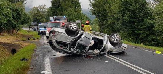 Fatalny wypadek w Bieszczadach. Skoda dachowała. W środku czterech nastolatków (FOTO)