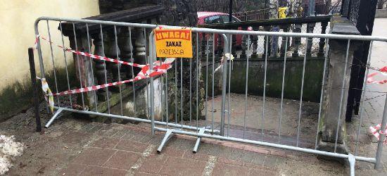 Osunął się fragment muru przy klasztorze oo. Franciszkanów! Schody zamknięte (VIDEO, ZDJĘCIA)