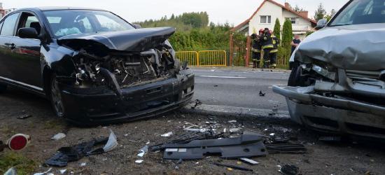AKTUALIZACJA: Kraksa dwóch VW i toyoty. Trzy osoby poszkodowane (FOTO)