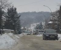 Zalegający śnieg i zaspy. Służby miejskie porządkują ulice