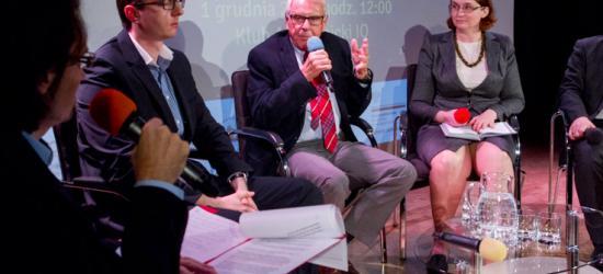 """Utrzymanie unii monetarnej """"rozwali"""" Unię Europejską? Euro-debata we WSIiZ"""